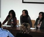 La escritora María Rosal, flanqueada por las concejalas de Cultura y Juventud