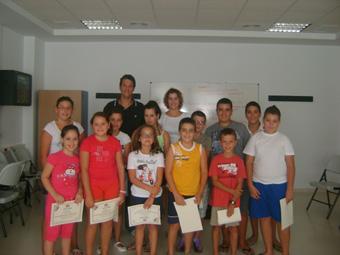 Alumnos del taller de primeros auxilios con sus diplomas. Foto, Ayuntamiento de Osuna