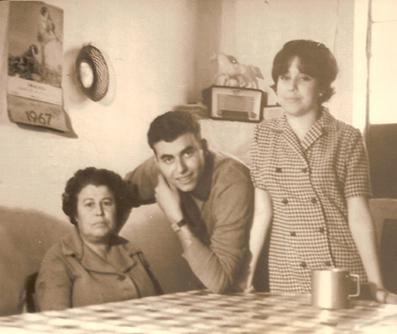 Ana Cuevas con dos de sus hijos, Francisco y Remedios Escamilla