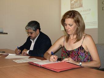 El delegado provincial de Salud y la alcaldesa de Osuna, en un momento de la firma. Foto: Ayto. Osuna.