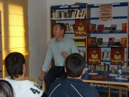 Núñez Roldán en un momento de su charla con los jóvenes de Lora