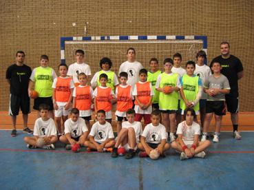 Foto de grupo de los participantes en el Campus Balonmano Rafa Baena