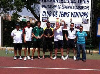 Ganadores y subcampeones senior con el alcalde y directivos del club de tenis. Foto: Ayto. Casariche.