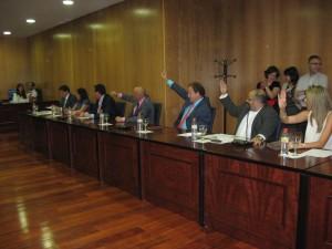 Votación a mano alzada para la elección del alcalde