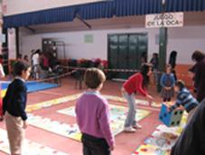 Niños jugando al juego de la oca en la edición de 2010 del festival benéfico