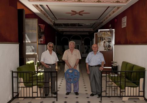 Los tres protagonistas posan en el interior del Cine Florida, hoy cerrado