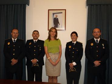 Los nuevos cuatro oficiales de la Policía Local de Osuna con la alcaldesa. Foto: Ayto. Osuna.
