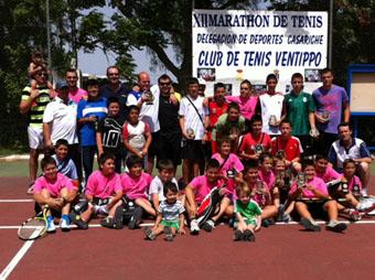 Participantes en el maratón de tenis. Foto: Ayuntamiento de Casariche.