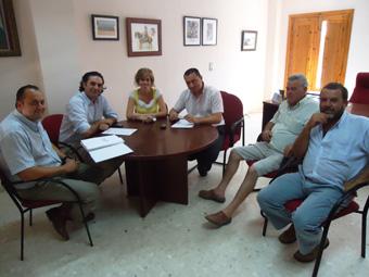 Reunión de autoridades y representantes de Badolatosa con el delegado provincial