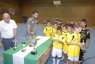 Trofeo Futbol Sala, equipo infantil ganador recoge el premio