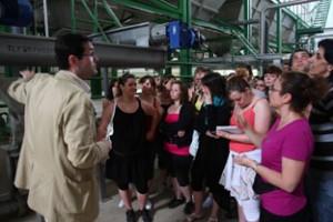 Estudiantes franceses conocen de primera mano el proceso de elaboración del aceite de oliva virgen extra.