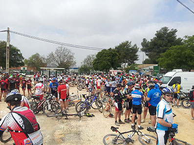 Los ciclistas en Gilena, primera parada de avituallamiento