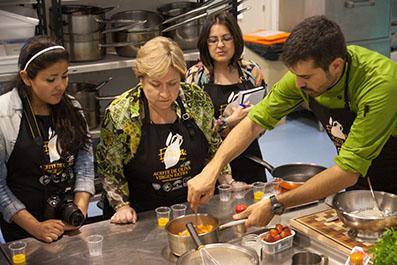 El cocinero Enrique Sánchez enseñando trucos a las alumnas
