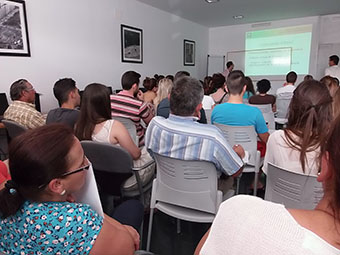 Imagen de la charla sobre el bono joven en Pedrera