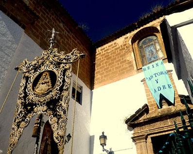 El simpecado de Osuna saliendo de la Iglesia del Carmen. Foto: María Guerrero Correa