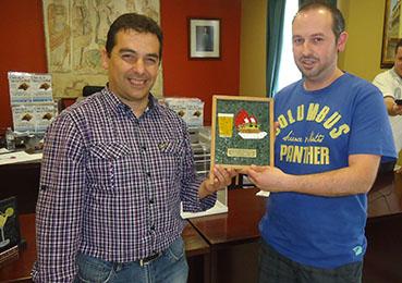El alcalde, con uno de los premiados en la II Ruta de la Tapa y el Cóctel