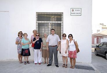 El alcalde de Estepa, acompañado de las alumnas promotoras del homenaje, ayer