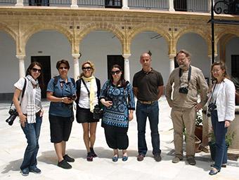 El delegado municipal de Turismo, Rafael Díaz, con el grupo de periodistas en el patio de la Universidad de Osuna.