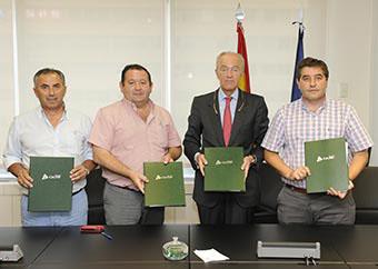 Los alcaldes firmantes y el presidente de ADIF, ayer en Madrid