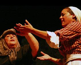 Estrella Benavides, a la derecha de la imagen, en la obra Espigas y Olivos