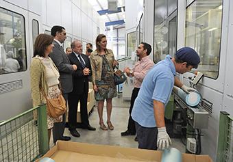la alcaldesa y el delegado del gobierno en su visita a la empresa de envasados MIVISA del polígono Las Vegas