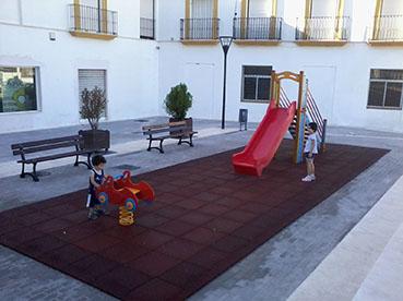 Equipamiento infantil en Plaza María Galán