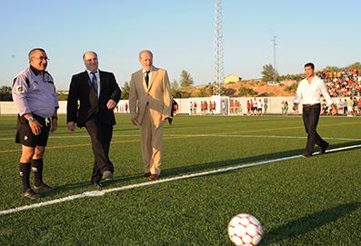 El alcalde de Los Corrales, Juan Heredia, realizando el saque de honor del nuevo campo de fútbol. Foto: Diputación de Sevilla.