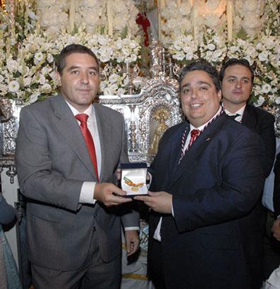 Miguel Fernández Baena y Fernando Atero, en el momento de la entrega de la medalla. Foto: Ayto. Estepa.