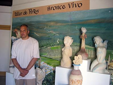 Alfredo Gutiérrez, en su taller de artesanía