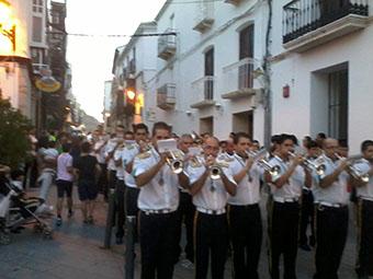 La Agrupación Musical Paz y Caridad a su llegada a la Plaza del Carmen de Estepa