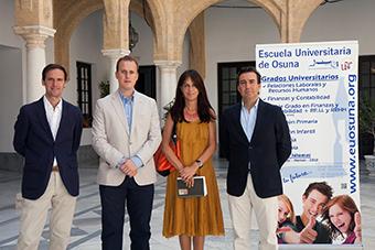De izquierda a derecha, el director de la escuela, el delegado municipal de Universidad, la directora de Iniciativas Culturales de la Universidad de Sevilla y el gerente de la escuela universitaria de Osuna