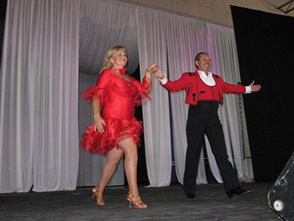 Dos bailarines saludan al término de su actuación en la caseta municipal de Estepa