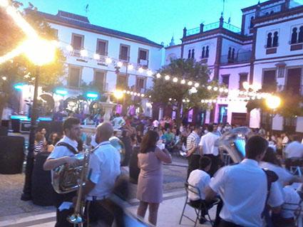 Vista general del festival solidario al comienzo de la noche