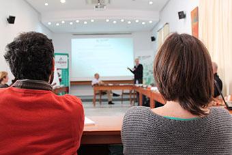 Alumnos asistiendo a cursos en la E. Economía Social