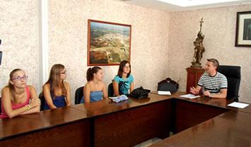 Muriel, con los alumnos receptores de las becas en Herrera