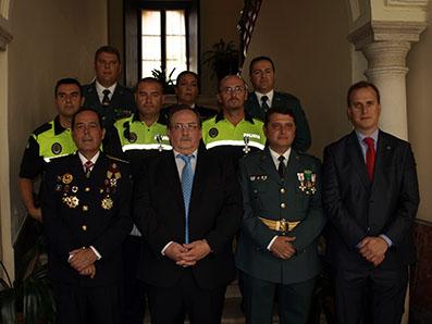Los condecorados, junto a las autoridades políticas