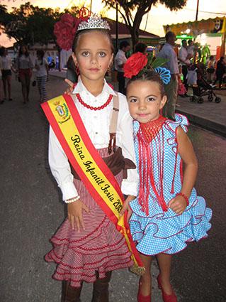 Nuria Domínguez, reina infantil de la Feria de Estepa, acompañada de su amiga Paula Tejada, también concursante