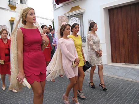 Mujeres vestidas con mantilla
