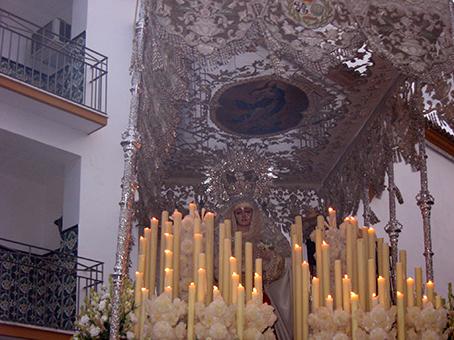 La Virgen entre incienso