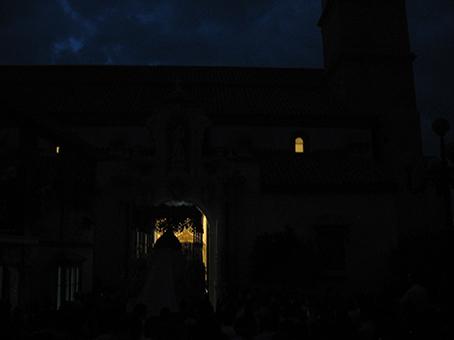 El palio se dirige al umbral de San Sebastián en la oscuridad de la plaza