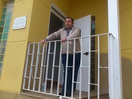 Romero, encadenado a la baranda de la puerta de acceso al Consorcio