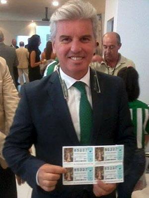 Miguel Guillén, mostrando los décimos con el número 85327