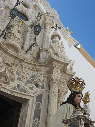 La Virgen del Carmen, a su llegada de nuevo a su templo. Foto: Reme Camero.
