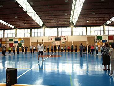 Personas de la tercera edad de Osuna, haciendo gimnasia en el Día Mundial del Mayor