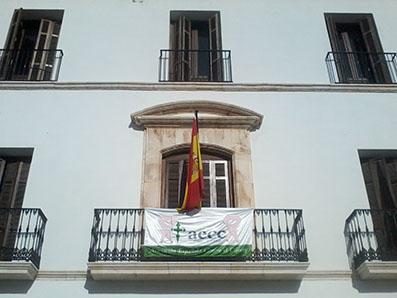 Fachada del Ayuntamiento de Estepa con pancarta AECC, hoy