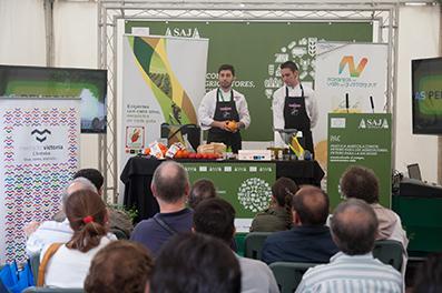 Los cocineros colaboradores con la iniciativa, en un momento de la demostración
