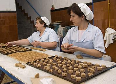 Mantecaderas trabajando en la campaña de producción de este producto navideño