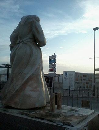 Estatua de la mantecadera con quiosco turístico al fondo. Foto: Remedios Camero.