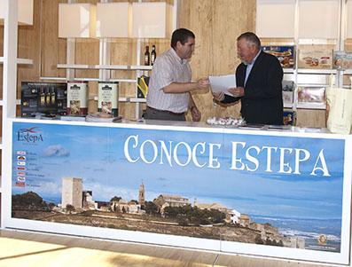 Miguel Fernández y Joaquín de la Cruz, en el quiosco, tras la firma del convenio de colaboración