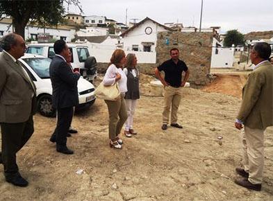 Los responsables de la CHG y el alcalde de Badolatosa, ayer durante la visita
